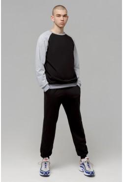 Мужской спортивный костюм на лето: черный свитшот реглан с серым рукавом и черные брюки